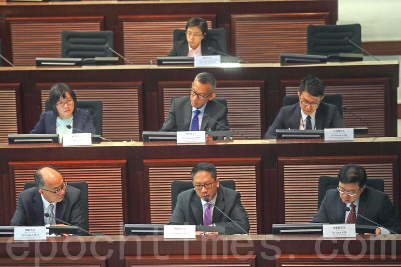 律政司司長袁國強(前排中)多次迴避,民主派議員有關一地兩檢與《基本法》之間的問題。(李逸/大紀元)