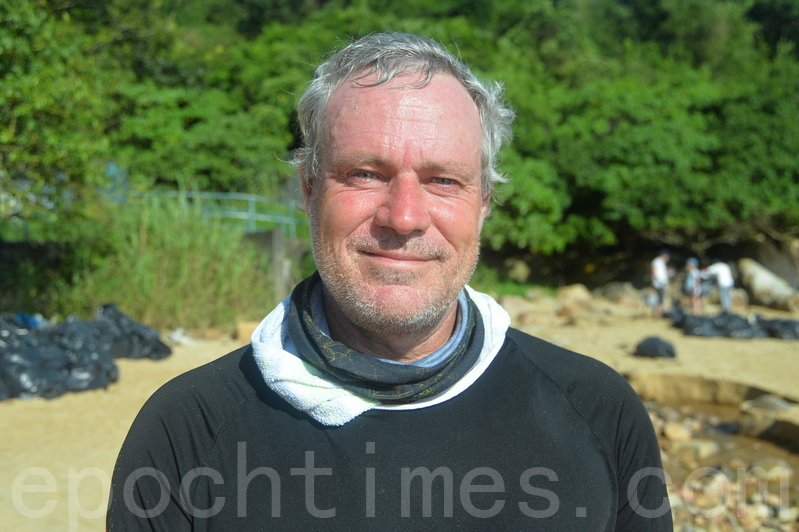 家住南丫島的Robert Lockyer是清潔活動的組織者,他 有超過100人參與。(宋碧龍/大紀元)
