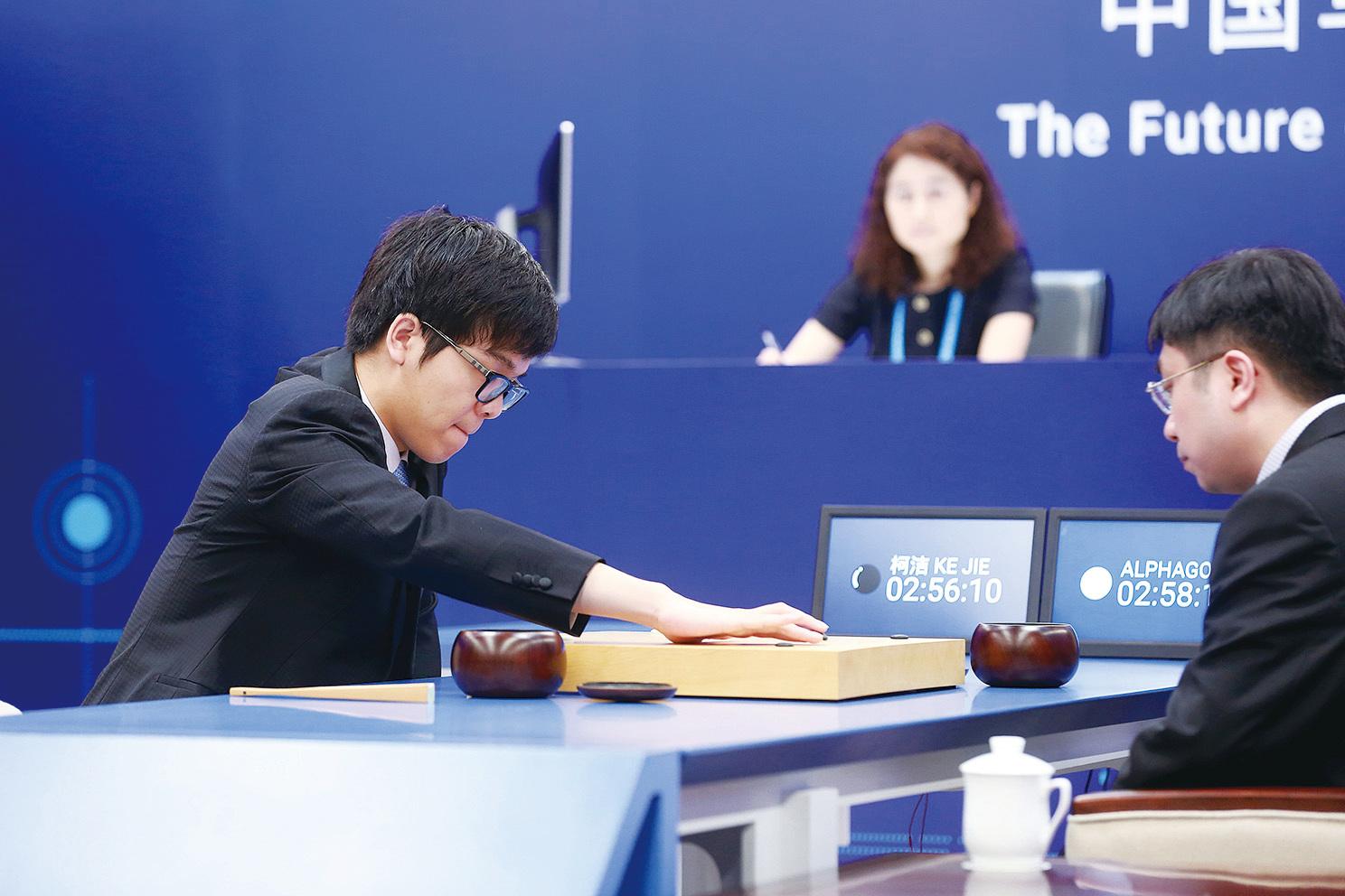 幾個月前,排名世界第一的天才棋手柯潔與AlphaGo之間展開圍棋對弈,三場比賽皆輸於機械人AlphaGo。人工智能(AI)再次成為全社會關注的焦點。人工智能的高度發展,或會征服人類,甚至取代人類。(Getty Images)