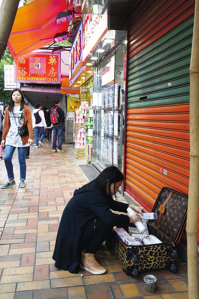 香港街頭經常可以看到整理行李的大陸遊客。近年來,國內遊客在世界各地表現的不文明、不道德的行為讓人錯愕。試問這樣的民族,怎樣贏得尊重?(大紀元)