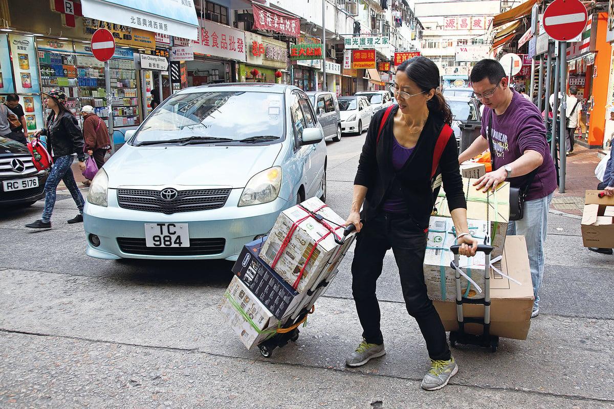 當代中國人似乎不太在意尊重別人、尊重別的國家和地區,或顧及他人的民生。為了達到個人目的,甚至無所顧忌。圖為在上水的大陸水貨客。(大紀元)