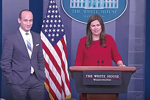 8月2日下午,特朗普總統的高級政策顧問Stephen Miller(左)和白宮新聞發言人Sarah Sanders(右)在新聞發佈會上。(影片截圖)