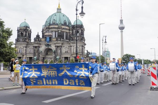 德國法輪功學員2016年7月30日在柏林舉行大型遊行活動,圖為遊行隊伍走過著名景點。(大紀元)