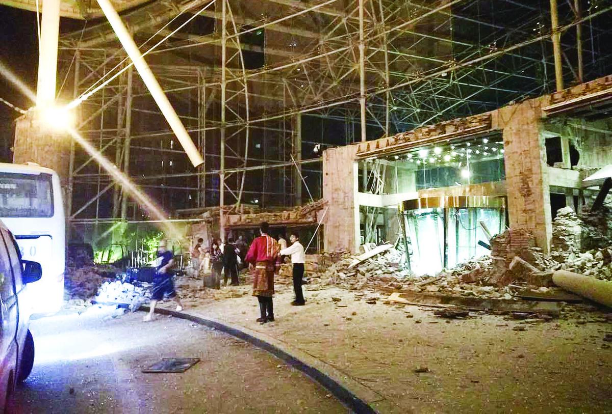 港人常住、當地最熱門酒店——九寨天堂洲際大飯店,在地震後大廳倒塌,瓦礫散落地上。(大紀元資料室)