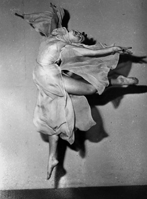 伊蓮從事舞蹈教育23年,圖為年輕時在劇團跳舞的照片。(伊蓮提供)