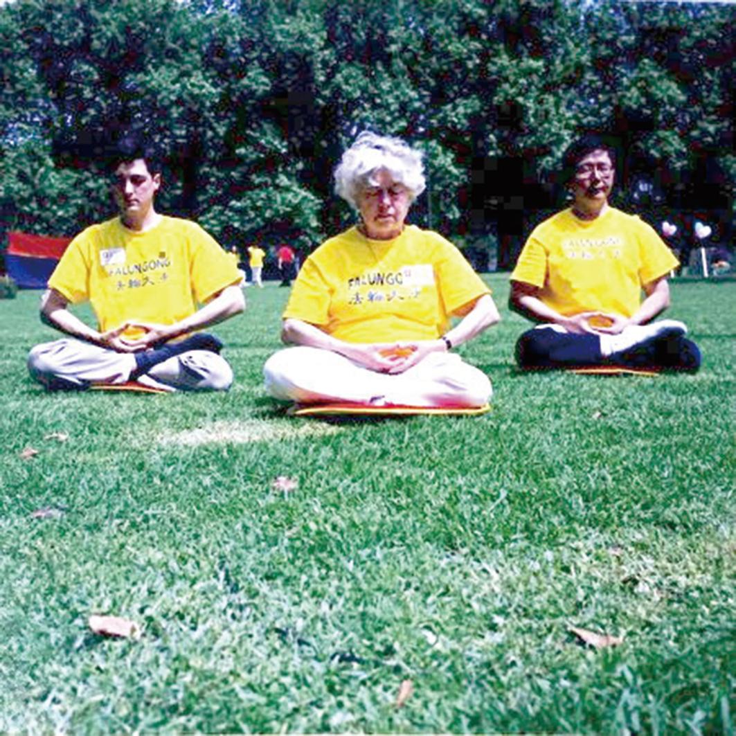 1999年,伊蓮(圖中)在公園打坐煉功。(伊蓮提供)