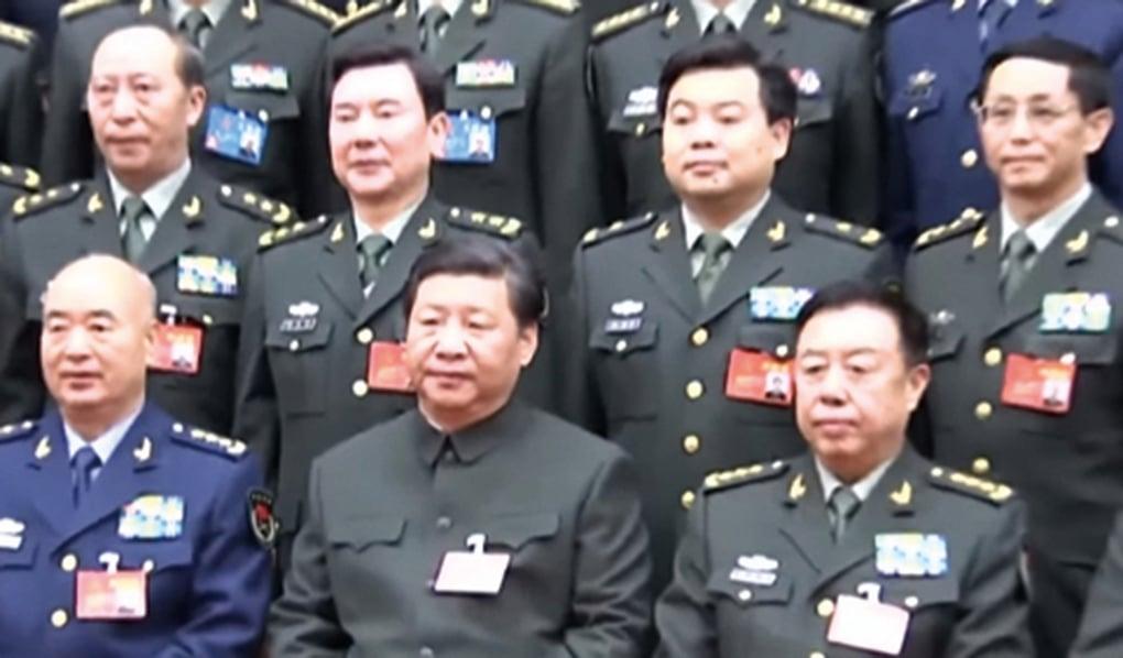 2015年,軍改小組主要成員與習近平合影。後排左二(軍辦主任秦生祥),後排左三(軍委主席辦公室主任鍾紹軍)。(影片截圖)