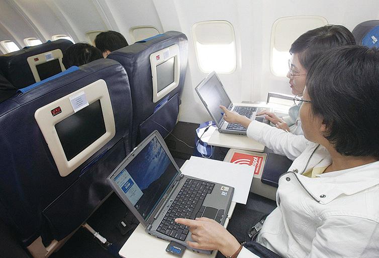 在飛行途中,戴眼鏡會比較舒適。(Getty Images)