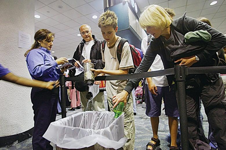 準備空瓶以便通過安檢,通過安檢之後可以重新裝水。 (Getty Images)