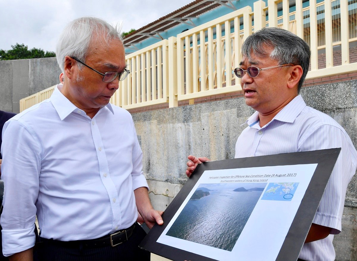 環境局副局長謝展寰今日到大嶼山上長沙泳灘視察棕櫚硬脂清理工作的進展,並聽取環境保護署代表匯報香港島西南海面水域的最新情況。(政府新聞處)