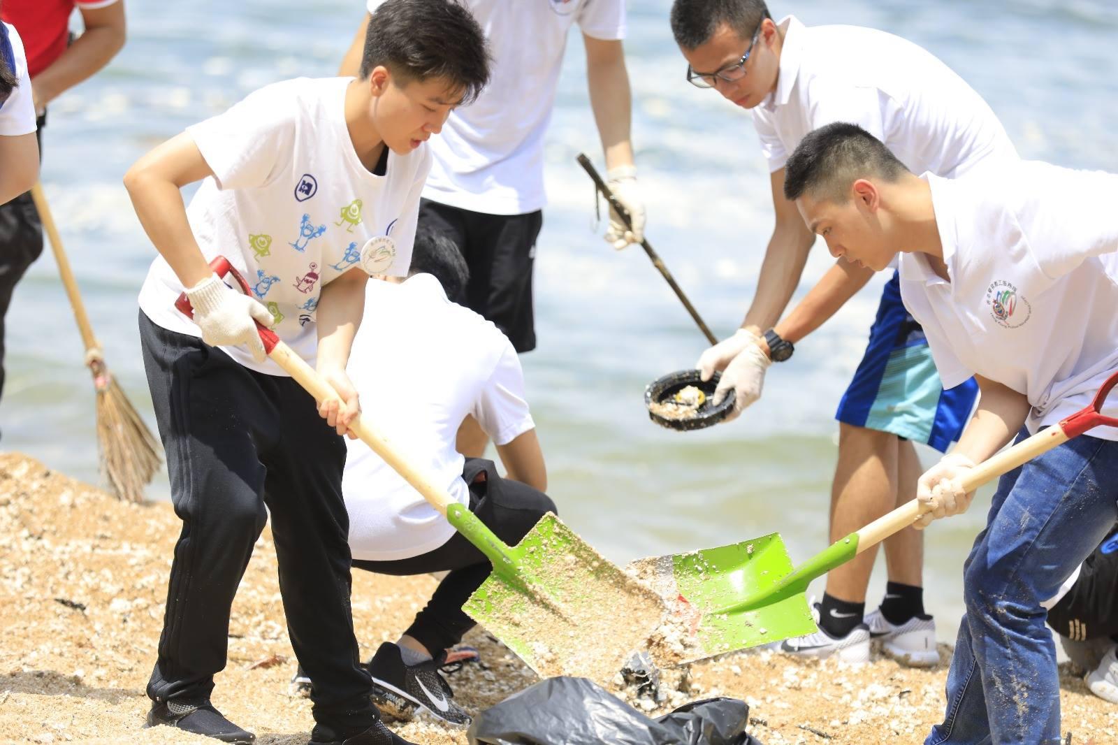 早上近50名少年警訊及警察義工服務隊成員到聖士提反灣,協助清掃約500公斤棕櫚硬脂。(大嘥鬼 Big Waster facebook圖片)