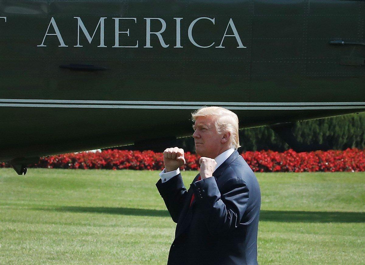 8月4日特朗普在白宮準備登機飛往新澤西度假,他向圍觀的民眾做手勢致意。(Mark Wilson/Getty Images)
