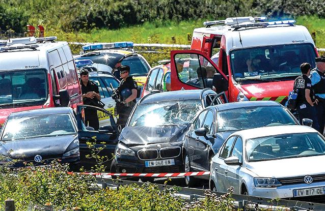 法國巴黎郊區8日早上發生汽車衝撞士兵事件,圖中寶馬被指是肇事車輛,司機在被捕過程中被打傷,目前在醫院治療。(Getty Images)