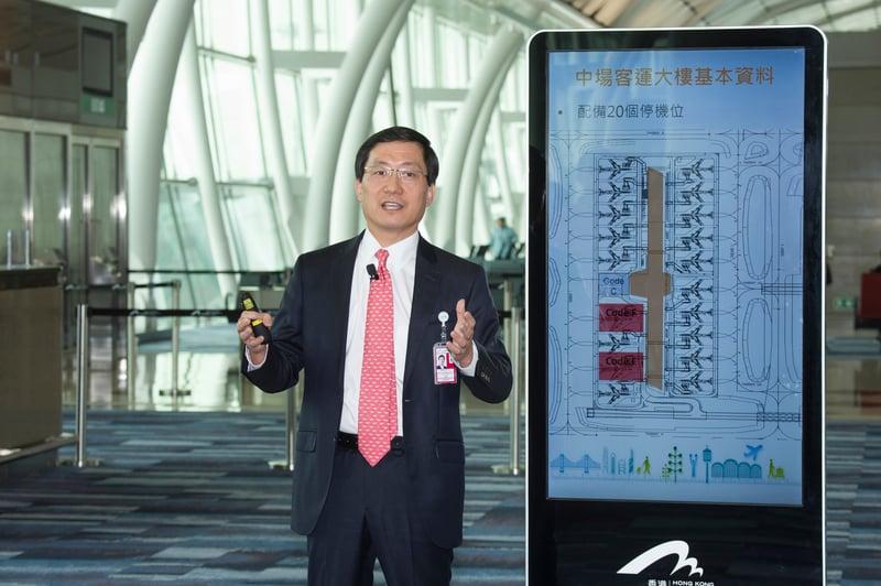 圖說:機場管理局行政總裁林天福向記者介紹中場客運大樓的設計及設施。(香港國際機場提供)