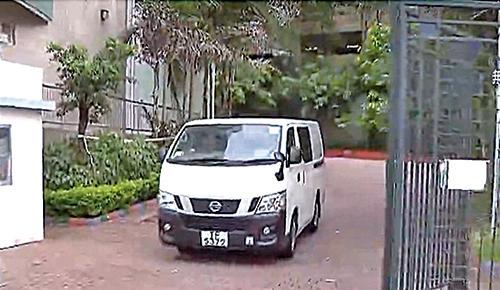 警方重案組探員昨日乘白色車輛入校搜證。。(興德學校網頁、電視截圖)