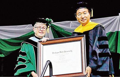 2017 年5 月5 日 密歇根州立大學,Lou Anna K. Simon 總長破例給申俊湜教授授予密歇根大學名譽博士學位。