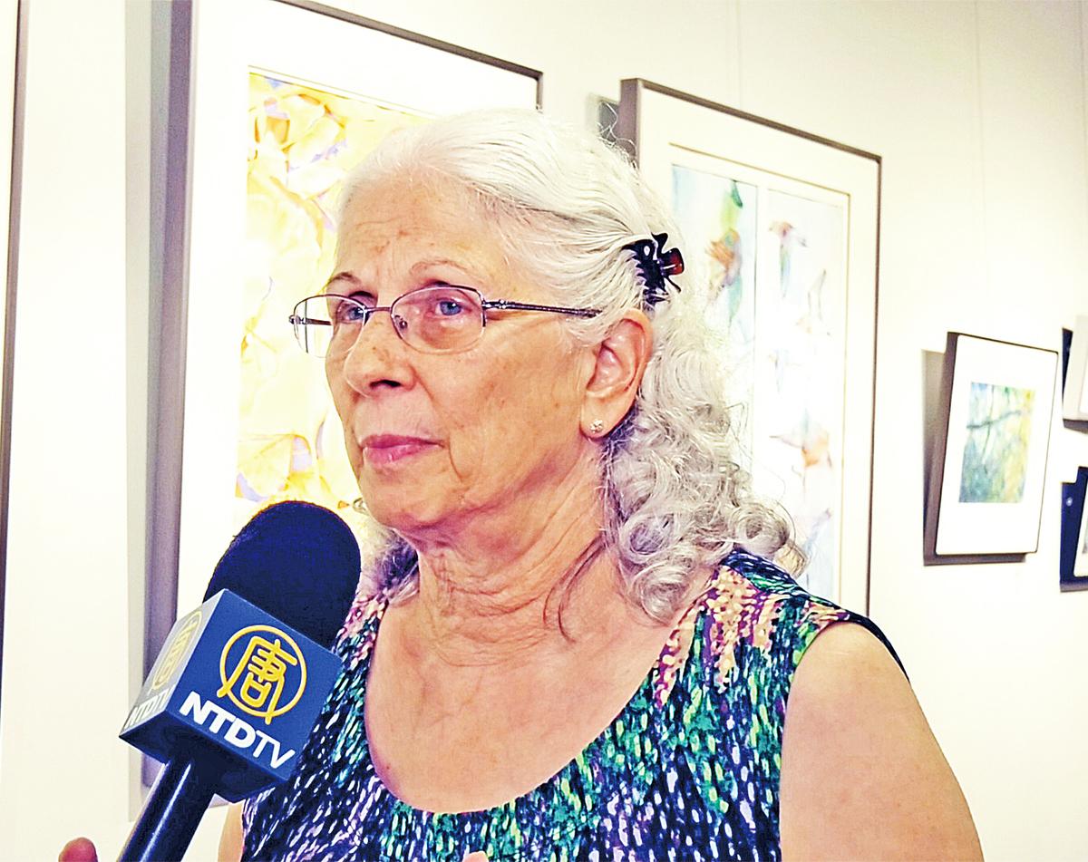塔蔻瑪水彩畫協會畫家芭芭拉.貝爾(Barbara Bell)接受新唐人電視台採訪。(新唐人電視台提供)