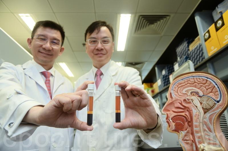中大研究確定透過分析血漿內EB病毒DNA,可在尚未有病徵前及早診斷出鼻咽癌。圖為中大李嘉誠健康科學研究所所長盧煜明教授(右)及醫學院化學病理學系陳君賜教授。(宋碧龍/大紀元)