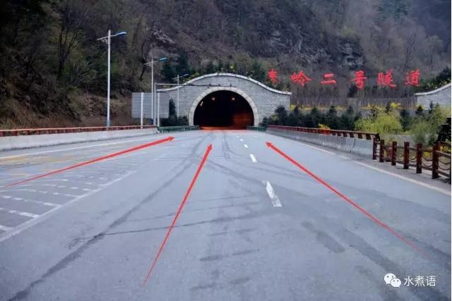 秦嶺三號隧道,三車道合併成兩車道。(網絡圖片)