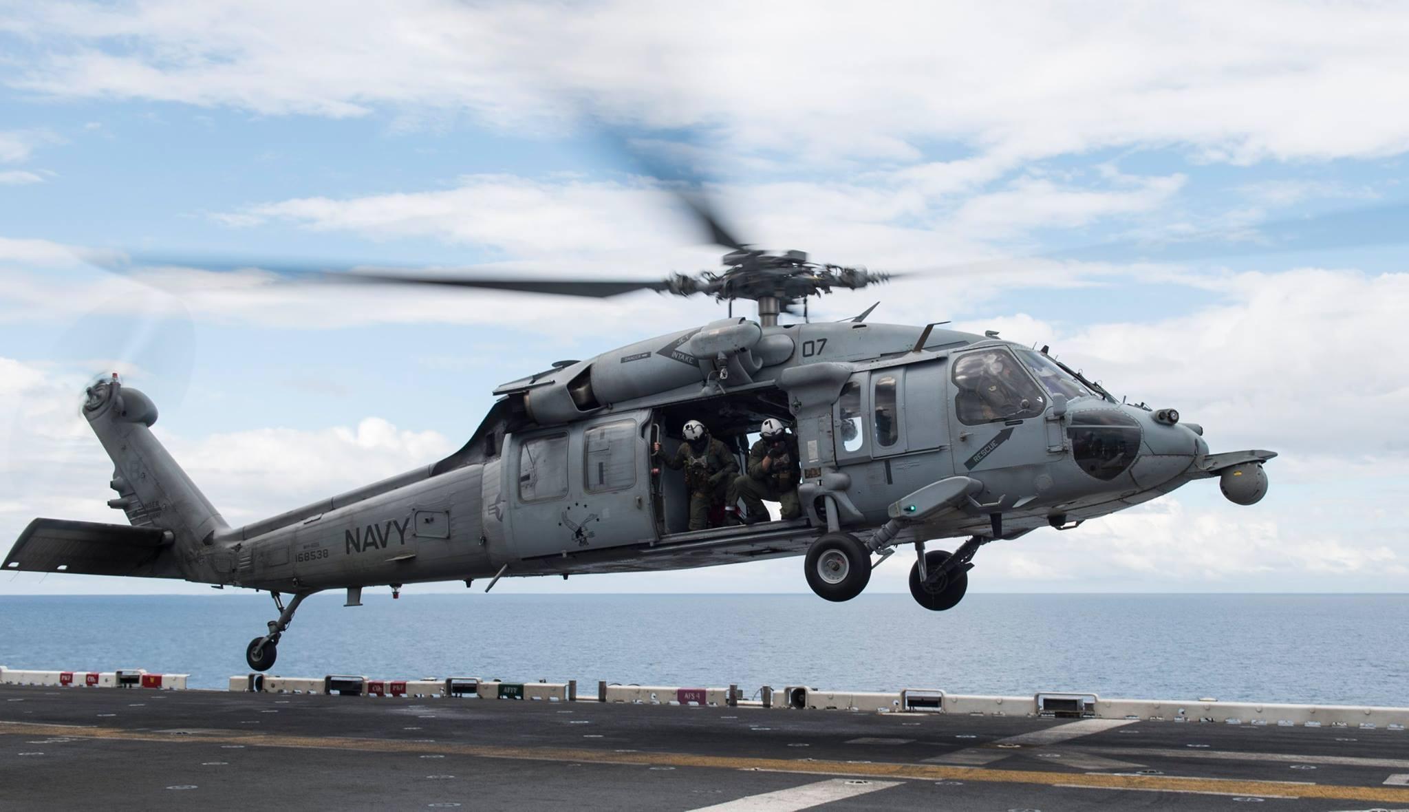 兩棲攻擊艦體好人查理(USS Bonhomme Richard (LHD 6))上,MH-60S海鷹直升機正在做升降訓練。(Facebook圖片)