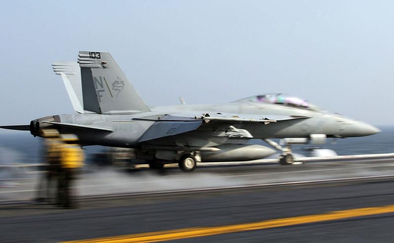 圖:F/A-18超級大黃蜂戰鬥機從航空母艦甲板上起飛。(Getty Images)