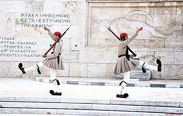 希臘雅典無名英雄紀念碑前的儀隊。(行雲提供)