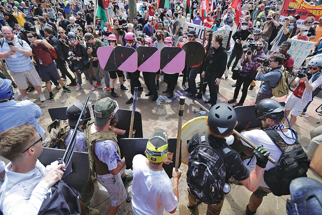 美國維珍尼亞州夏洛特維爾市上周六(8月12日)的一場集會活動,爆發暴力衝突,州長上午宣佈緊急狀態。(Getty Images)