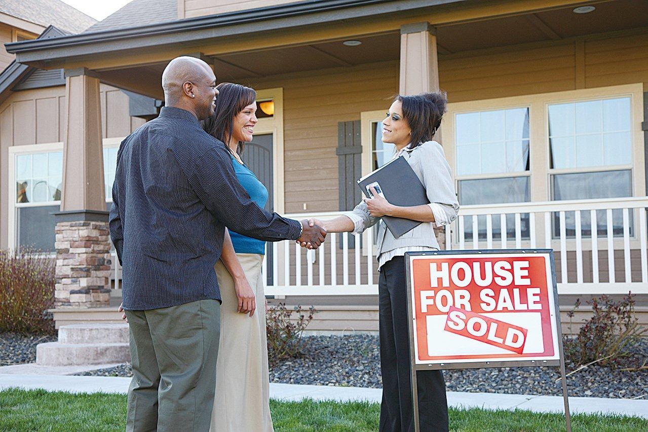 房屋市場不景氣,經紀賺錢的機會也少了。(iStock)