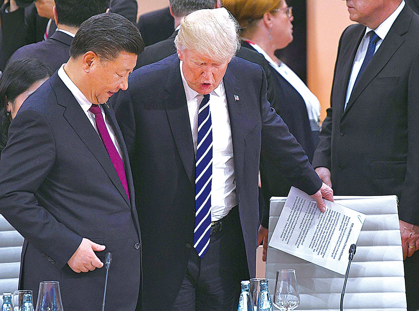 特朗普(左二)在升級警告金正恩後,與習近平(左一)通話,告知美國將在今周啟動310條款中國侵權調查。圖為兩人今年在一個國際會議上。(PATRIK STOLLARZ/AFP/Getty Images)