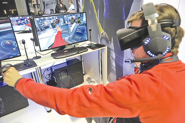 電子遊戲對人有多方面的傷害。圖為今年七月在柏林的國際電玩周,遊客在體驗與虛擬實境結合的電子遊戲。(GettyImages)