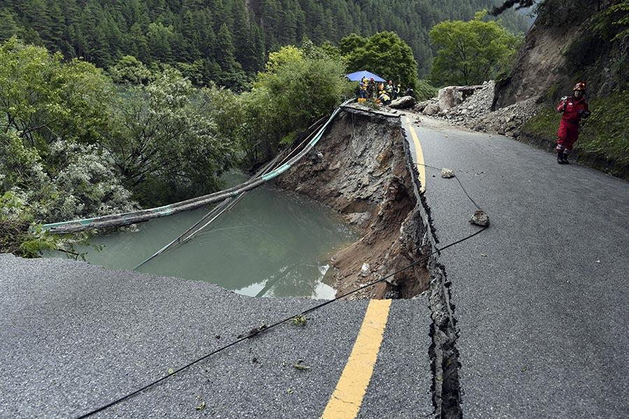 8月10日,九寨溝地震造成的路面嚴重被損害,仍未被修復。(STR/AFP/Getty Images)
