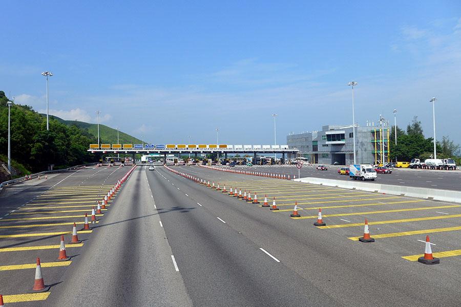 青嶼幹線將由本周日(8月20日)凌晨零時起,實施雙向收費,屆時車輛從市區方向分別駛至大嶼山及馬灣收費廣場時,將要繳交單程使用費。圖為大嶼山收費廣場。(Wikipedia/Wpcpey)