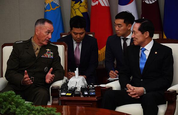 南韓國防部長官宋永武(右)8月14日在南韓國防部大樓,會見美軍參謀長聯席會議主席約瑟夫・鄧福德,商討應對北韓核導威脅的方案。(Song Kyung-Seok-Pool/Getty Images)