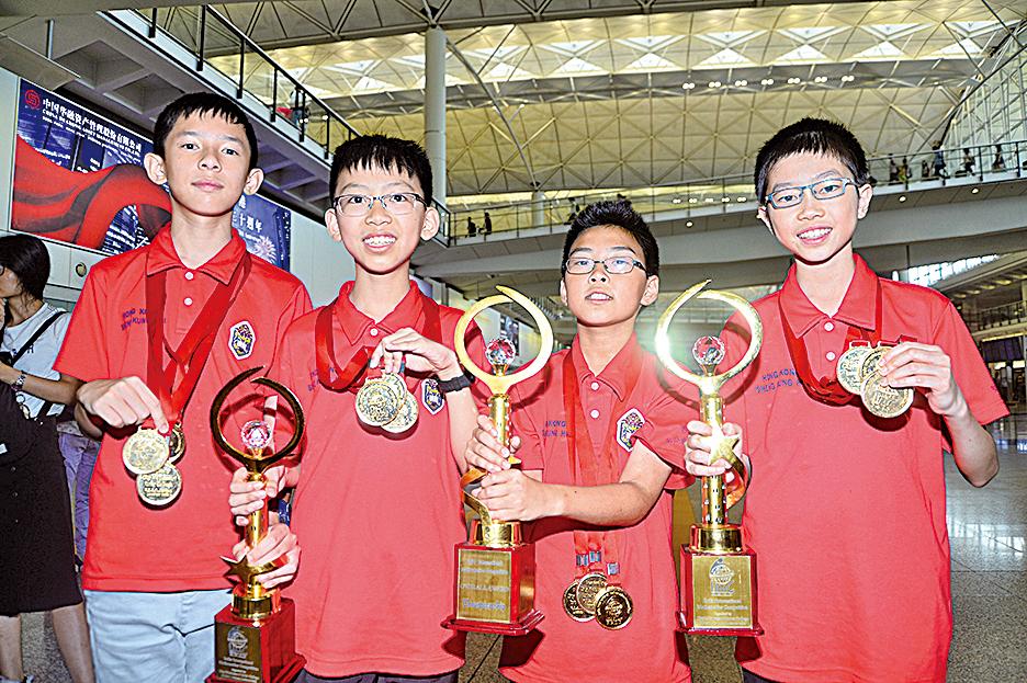 上圖:國際數學競賽logo 左圖:4名小五至小六學生,7月底代表本港到印度參加國際數學競賽,奪得全場總冠軍及另外4面金牌。(大紀元資料圖片)