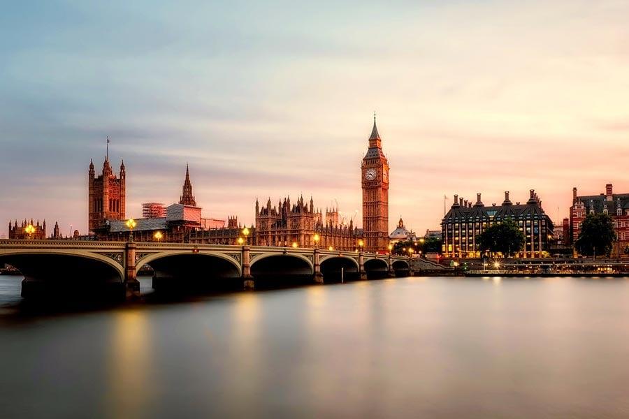 政府今日(5日)下午3時起設立熱線,為計劃去往英國留學但仍未取得簽證的學生提供幫助,並表示已促請總領事館優先處理學生簽證的申請,以免影響申請人按時赴英學習。(Pixabay)