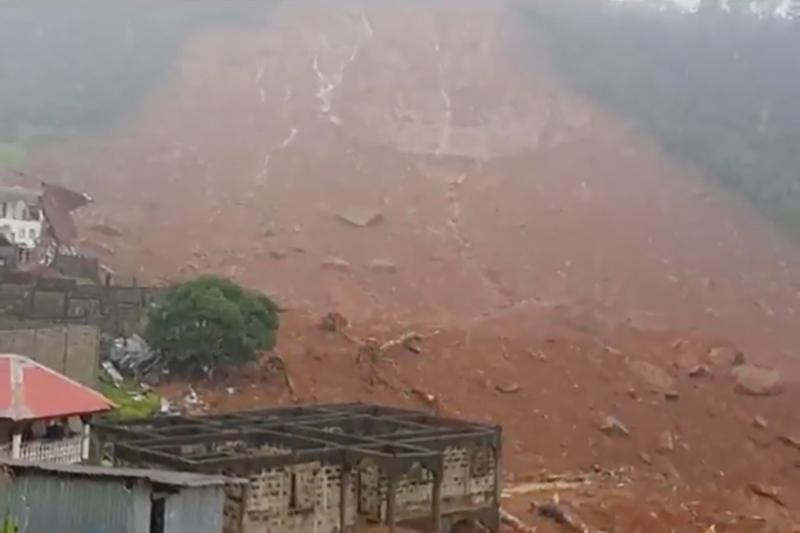當地時間周一(8月14日)凌晨,塞拉利昂首都自由城遭到暴風雨襲擊,導致洪水和泥石流。當地官員說目前恐怕已有幾百人已經喪生。(視像擷圖)