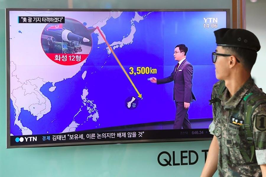 南韓媒體報道,獨裁者金正恩已有兩個星期沒有公開行程,令人關注其是否會在星期二(8月15日)的國定假日朝關島近海發射導彈。(JUNG YEON-JE/AFP/Getty Images)