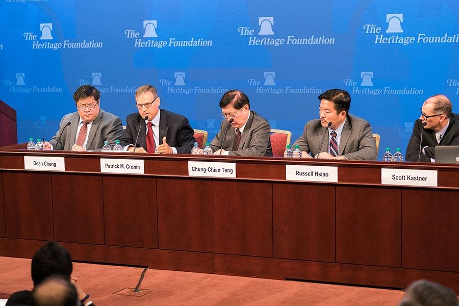 新美國安全中心亞洲安全項目主任克羅寧(左二)。(石青雲/大紀元)
