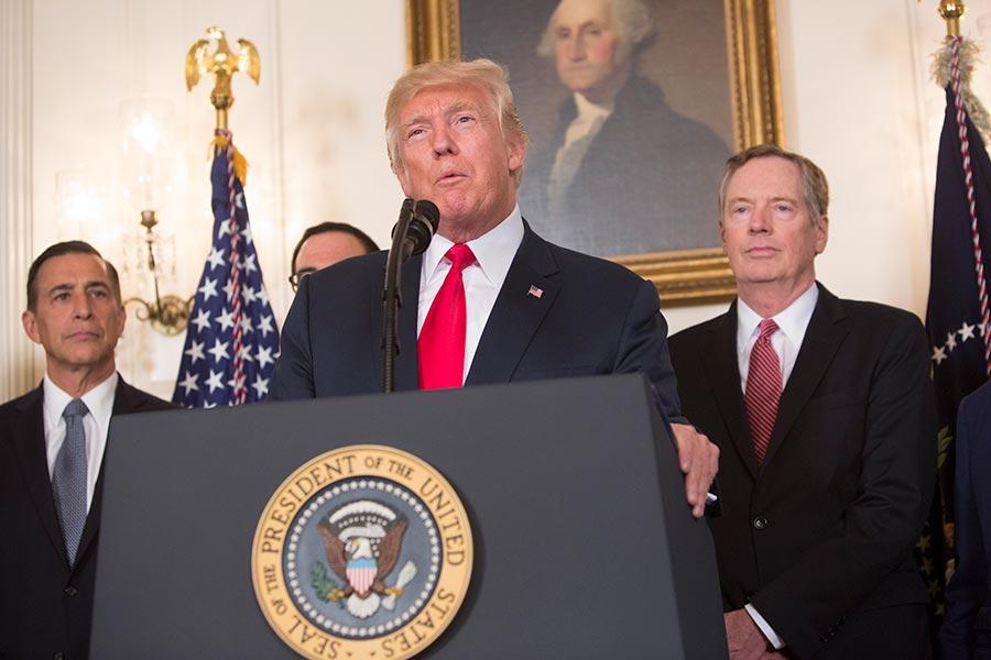 2017年8月美國總統特朗普簽署備忘錄,要求美國貿易辦公室發起針對美國企業遭受中共知識產權盜竊的調查。圖為簽署現場,右一為美國貿易代表萊特希澤(Robert Lighthizer)。(Chris Kleponis-Pool/Getty Images)
