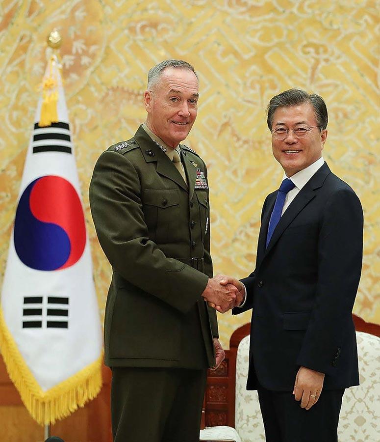 鄧福德星期一分別與南韓總統文在寅會晤。(South Korean Presidential Blue House via Getty Images)