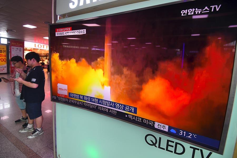 北韓上個月試射兩枚洲際彈道導彈(ICBM),一項研究報告說,過去兩年平壤可能從俄羅斯或烏克蘭的黑市,獲得ICBM的關鍵部件火箭引擎。(JUNG YEON-JE/AFP/Getty Images)
