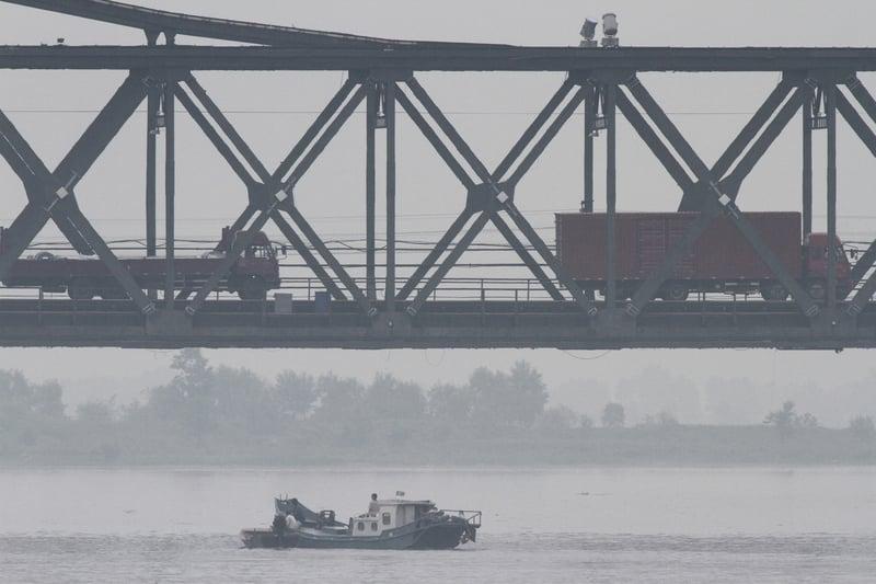 朝鮮半島局勢緊繃之際,北京公佈,8月15日起禁止從北韓進口煤、鐵等產品。圖為原定去年10月開通的中朝新鴨綠江公路大橋被無限期推遲。(Getty Images)