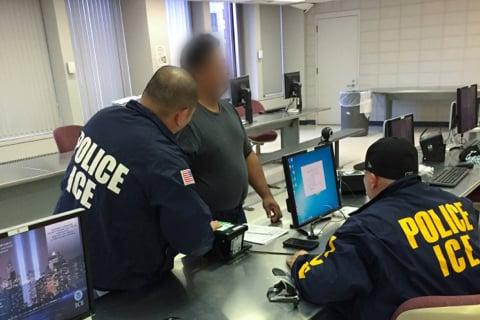 半個月內,紐約社區傳出四名福建籍華人因留有案底,從大陸返美時,在機場遭ICE直接遣返回大陸。圖為一名被移民及海關執法局(ICE)逮捕的非法移民正在打指模。(ICE提供)