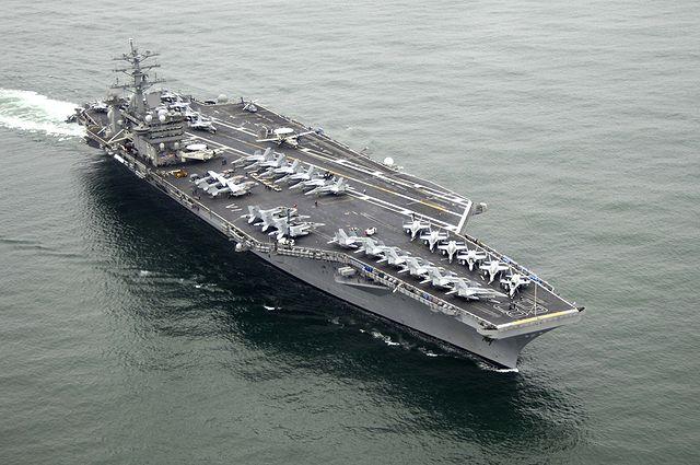 伊朗一架無人機周日(13日)再次迫近在波斯灣國際水域執行任務的美國航空母艦飛行,險與艦載F-18戰機相撞。圖為美國航空母艦尼米茲號(USS Nimitz)。(美國海軍官網)