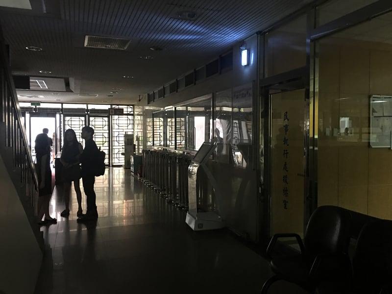 15日全台灣無預警的發生大規模停電。圖為位於台北市博愛特區的台北地檢署也跳電,室內一片漆黑。(中央社)