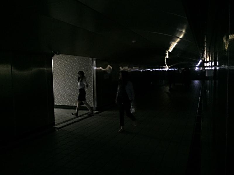 為台北市松江路地下道受影響停電,民眾在一片漆黑中前進。(中央社)