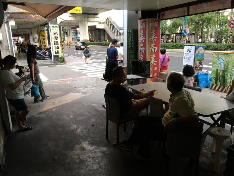 台北市街頭店家多處停電,許多民眾走出店外等待復電。(中央社)