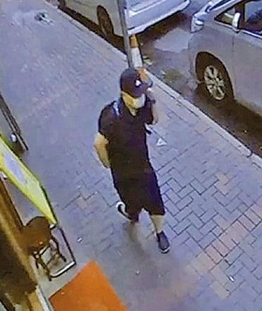 至5時43分,下一個閉路電視拍到一名身形裝束相似,戴鴨舌帽、口罩和太陽眼鏡的男子經過。(傳真社圖片)