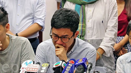 香港眾志前立法會議員羅冠聰不禁哭泣,他指13人中不少是他相熟的戰友。(蔡雯文/大紀元)