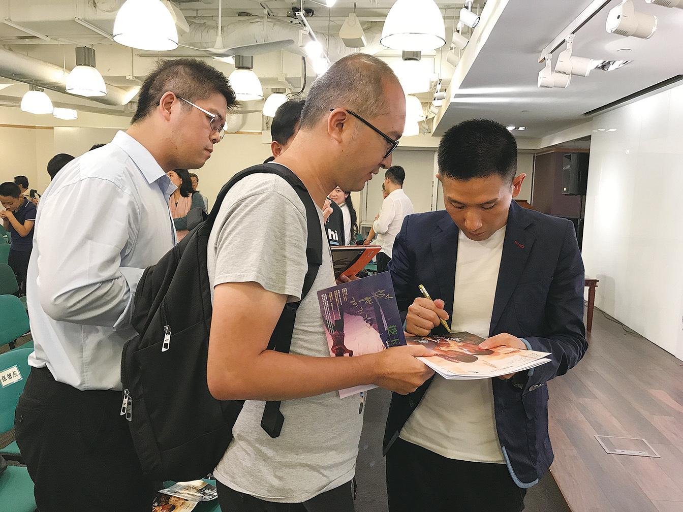 2017年7月,在光華新聞文化中心,趙德胤演講後有讀者求簽名。